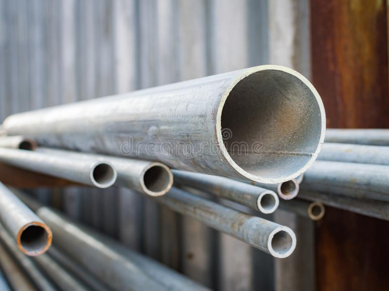 Aspettare impilato inossidabile del tubo del metallo materiale nella fabbricazione fotografie stock libere da diritti