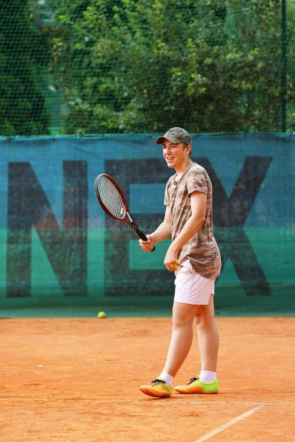Aspettare teenager del ragazzo ritorno sul campo da tennis fotografie stock