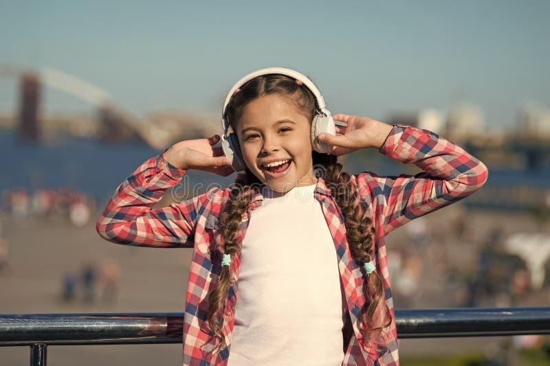 Aspetti di sentire liberamente Ottenga la sottoscrizione della famiglia di musica Access a milioni di canzoni Goda della musica d fotografia stock