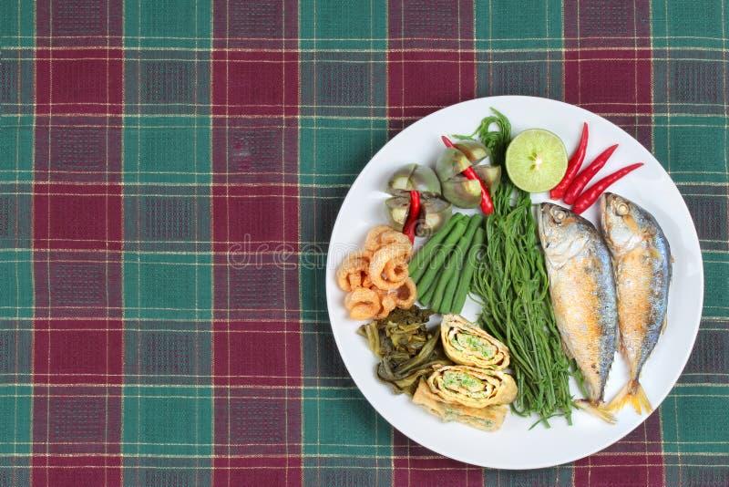 Aspetti il piatto laterale di mackarel infornato profondo, l'omelette di verdure, la scorza croccante della carne di maiale, latt immagini stock
