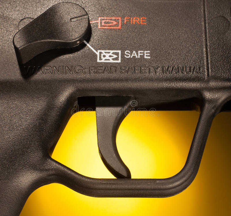 Download Aspetti per sparare immagine stock. Immagine di yellow - 30825633