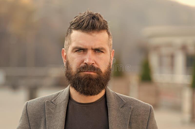 Aspetto dei pantaloni a vita bassa Barba alla moda e caduta e stagione invernale dei baffi Modo della barba e concetto del barbie immagini stock
