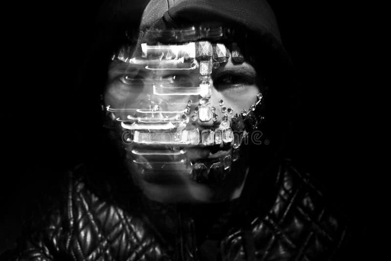 Aspetto mistico misterioso di un uomo Ritratto di arte di un uomo incappucciato con i grandi cristalli di rocca sul suo fronte I  fotografia stock libera da diritti