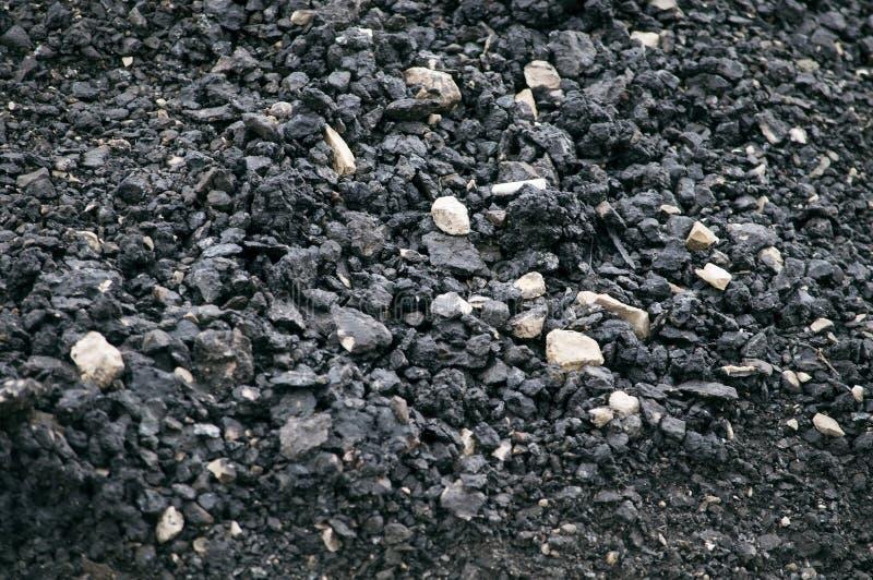 Asphalt mit einem gro?en Bruch des Schwarzen mit zerquetschter Steinnahaufnahme, Makro lizenzfreies stockfoto