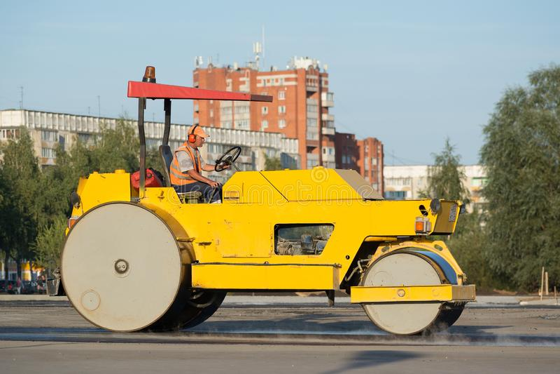 Asphalt Roller alinea el nuevo asfalto en el camino fotografía de archivo