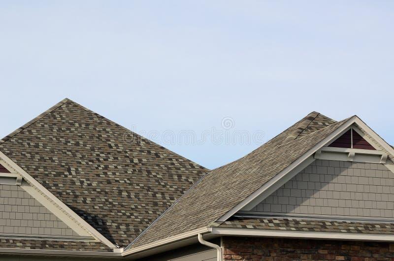 Asphalt Shingles su un tetto a spigolo fotografia stock libera da diritti