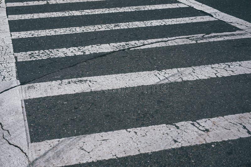 Asphalt White Pedestrian Crosswalk Lines preto fotografia de stock