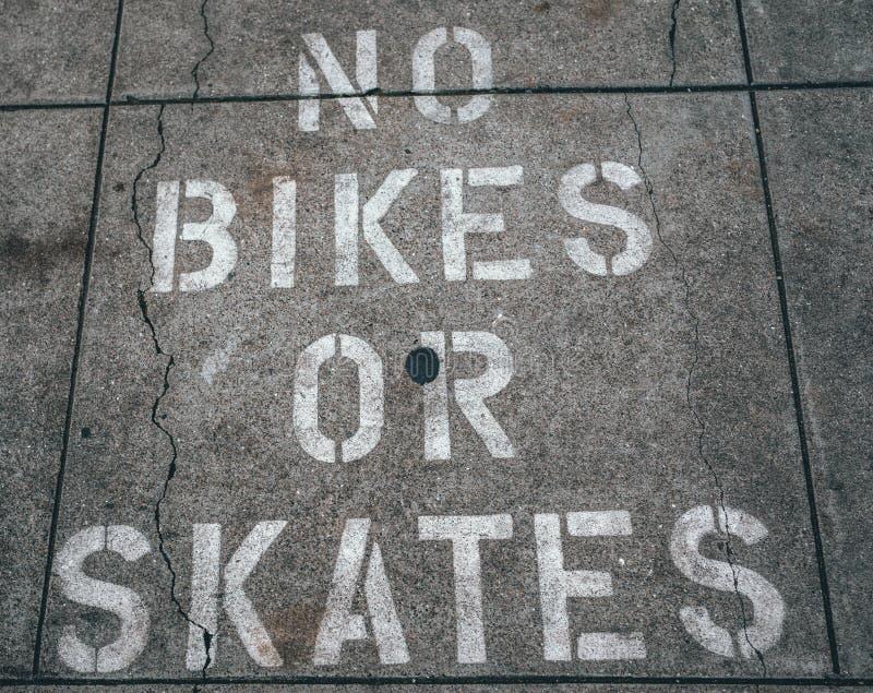 Asphalt White Text No Bikes ou patins pretos fotos de stock royalty free