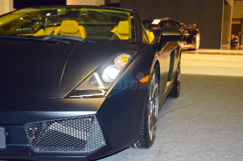 Asphalte humide de couleur convertible de voiture de sport dans la salle d'exposition images libres de droits
