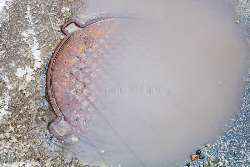 Asphaltgrube gefüllt mit Wasser stockbilder
