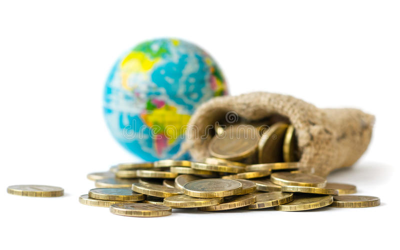 Asphaltieren Sie die Münzen, die aus einer Tasche auf einem weißen Hintergrund gegossen werden lizenzfreie stockbilder