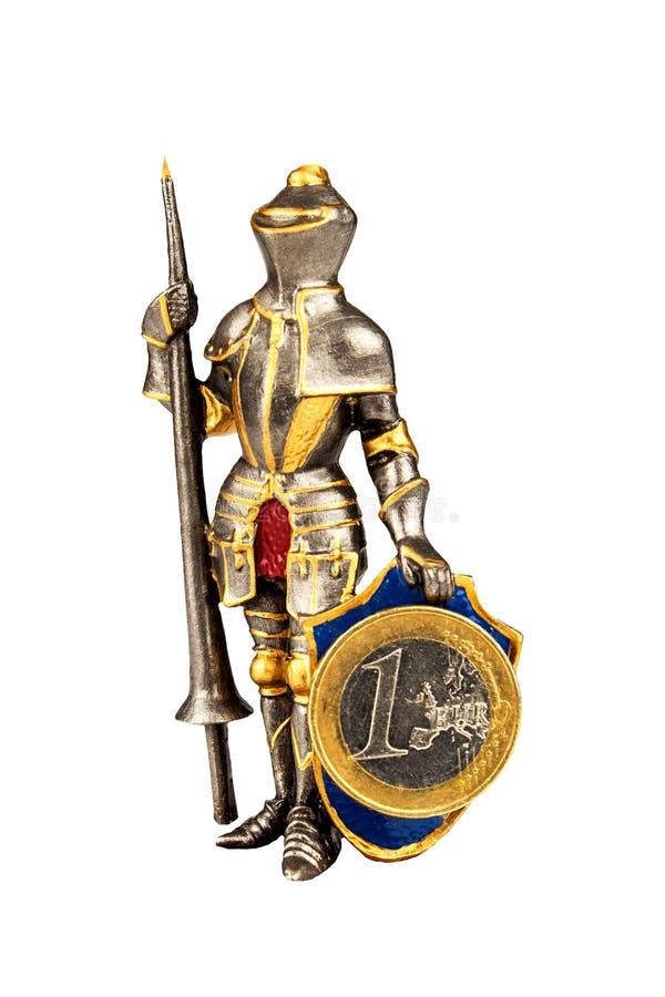 Asphaltieren Sie die Ritterfigürchen, die Euromünzen lokalisiert auf Weiß hält Verteidigung von Europa Die gemeinsame europäische lizenzfreie stockfotos
