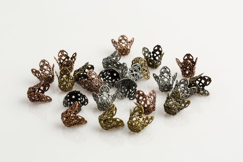 Asphaltieren Sie kupferne geformte Schmuckperlen des Silbers und des Goldes Korb lizenzfreies stockfoto