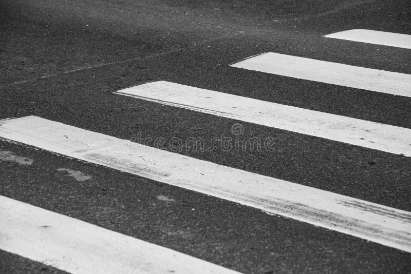 Asphaltieren Sie Oberfläche mit einem Fußgängerübergang stockfotos