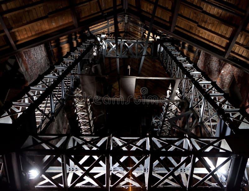 Asphaltieren Sie Turm eines Bergbaustandorts nachts lizenzfreies stockfoto
