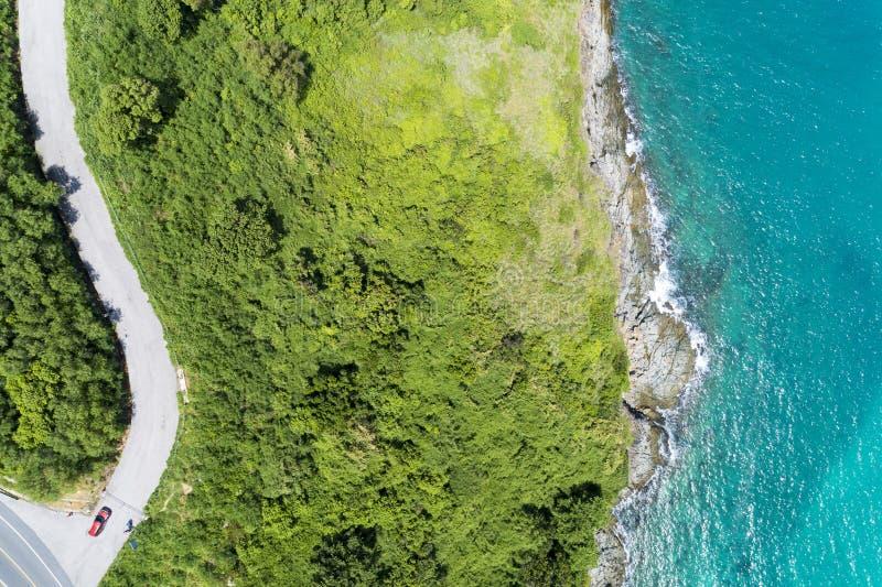 Asphaltlandstraßekurve auf hohem Berg mit tropischem Seebild durch Brummenvogelperspektive Spitze unten lizenzfreie stockfotos