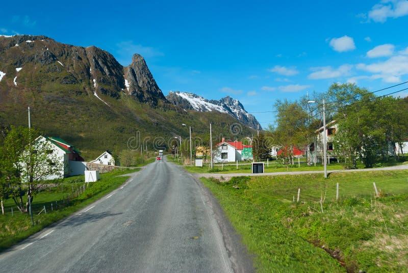 Asphaltstraße über norwegischem Dorf stockbilder