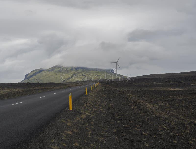 Asphaltstraße durch leere vulkanische Nordlandschaft in icelan lizenzfreies stockfoto