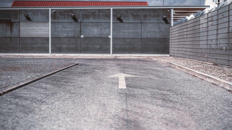 Asphaltstraße mit einer Pfeilmarkierung lizenzfreies stockbild