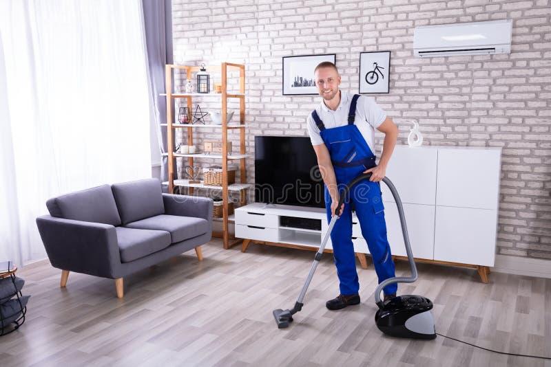 Aspirador de Cleaning Floor With del portero foto de archivo libre de regalías