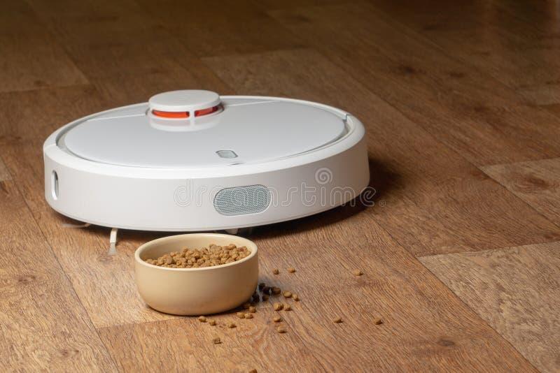 Aspirador de p30 do robô para animais de estimação alimento da bacia fotos de stock