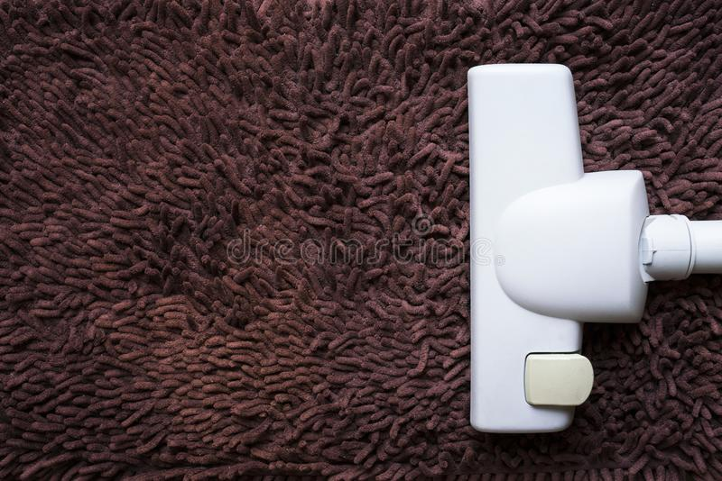 Aspirador de p30 no tapete sujo, conceito da limpeza da casa fotos de stock royalty free