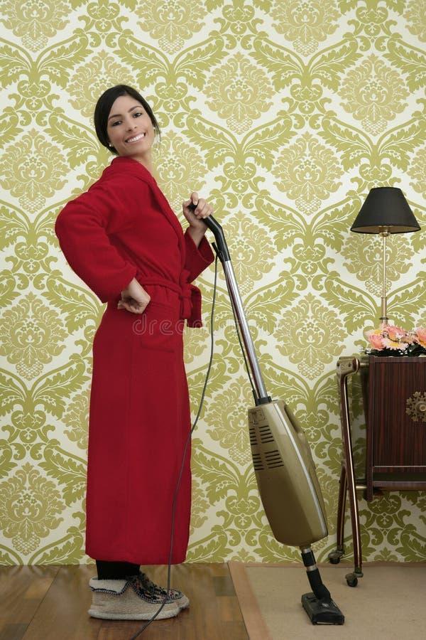 Aspirador de p30 retro da mulher da dona de casa do Bathrobe fotografia de stock royalty free