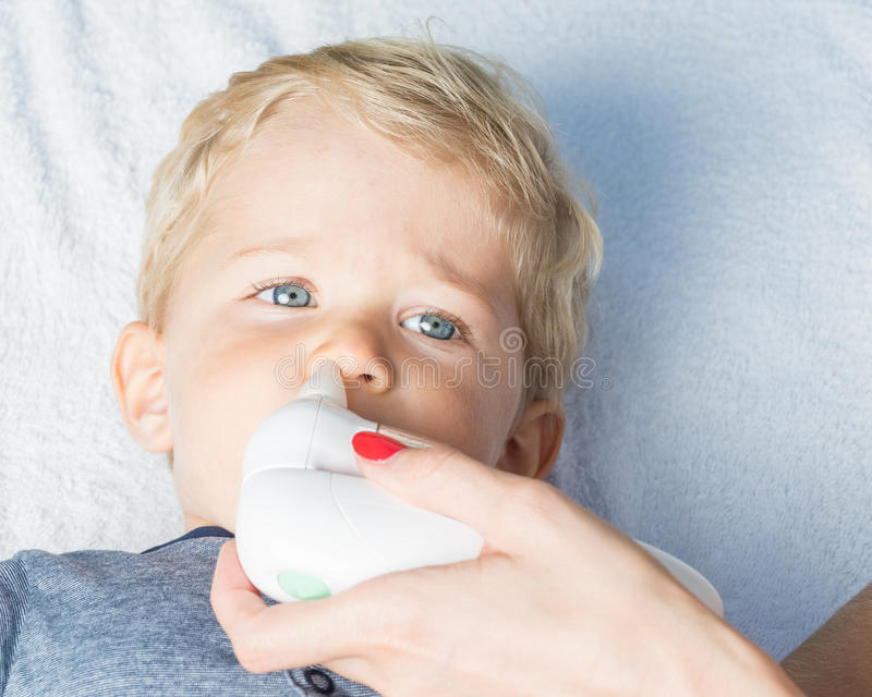 Aspirador nasal eléctrico para el bebé imágenes de archivo libres de regalías