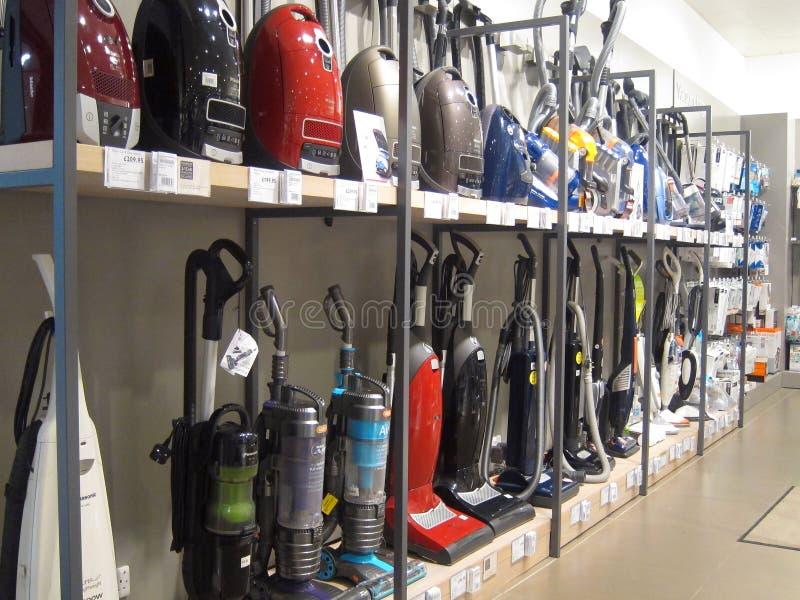 Aspiradores o aspiradoras para la venta en una tienda. foto de archivo libre de regalías