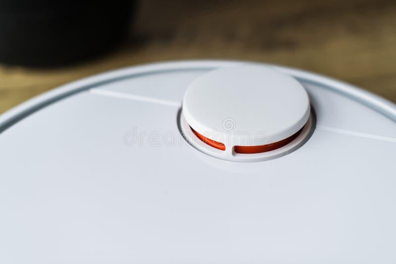 Aspirapolvere del robot sul pavimento di legno Vista laterale Concetto domestico astuto Pulizia automatica immagini stock