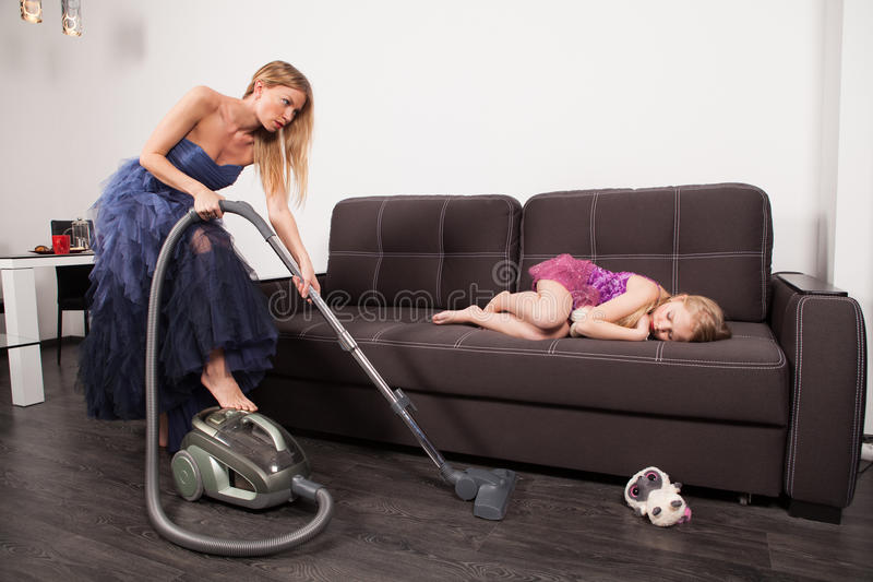 Aspirateur d'utilisation de femme photo stock