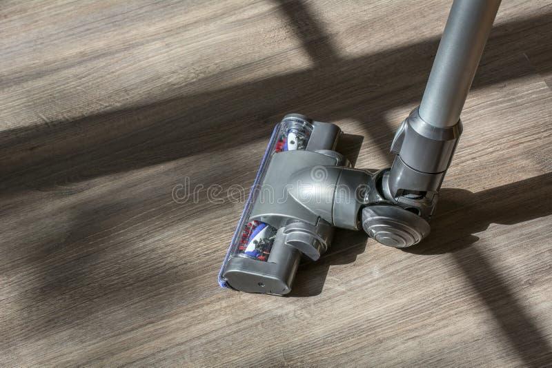 Aspirateur gris sur le plancher en bois photographie stock libre de droits