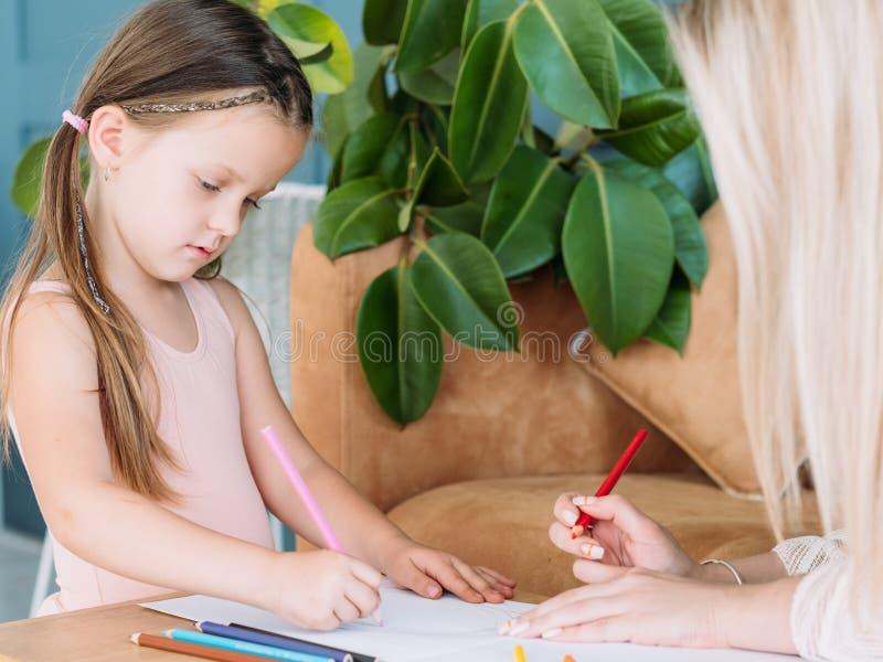 Aspiration artistique de fille de passe-temps d'art de peinture de loisirs d'enfants image stock