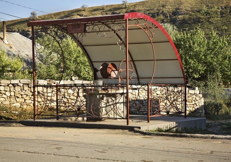 Aspiration-bien dans le village de Trebujeni moldau photographie stock libre de droits