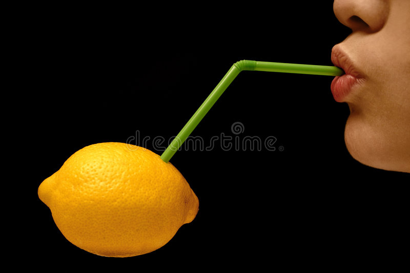 Aspiration d'un citron photo libre de droits