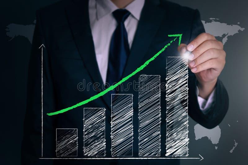 Aspiration de main d'homme d'affaires un graphique positif photos stock