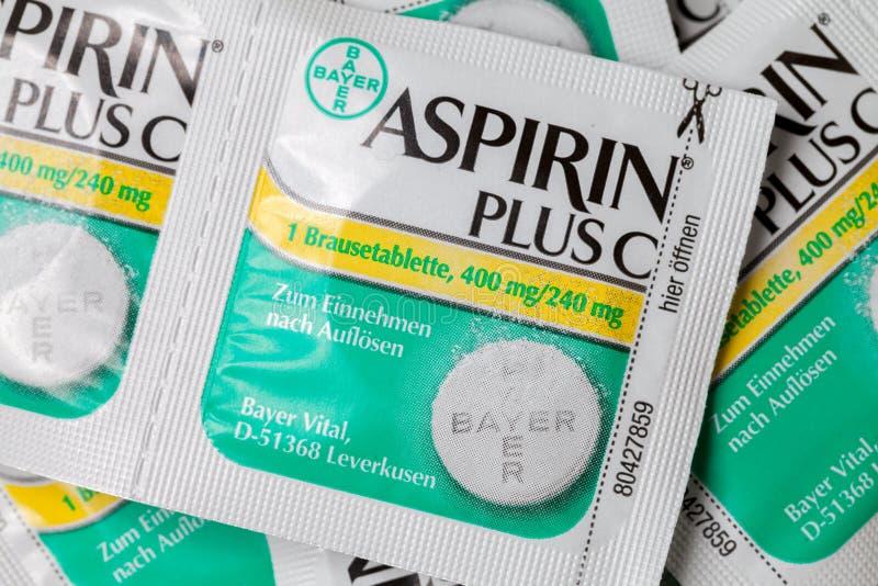 Aspirin plus c-Kopfschmerzenpillen liegt auf braunem Hintergrund stockbild