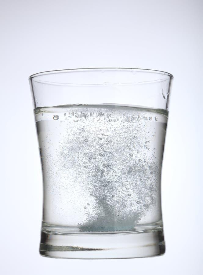 Aspirine dans l'eau images stock