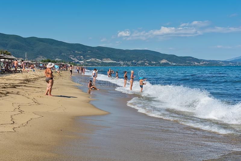 Asprovalta Grekland - Augusti 10, 2018: Asprovalta och nya Vrasna tillgriper, den Asprovalta stranden Havssikt till Asprovalta på arkivbilder