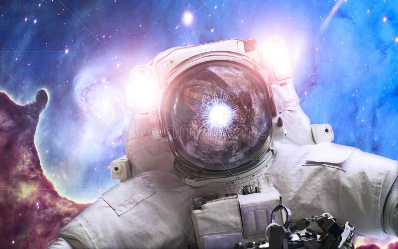Asrtonaut in de ruimte op de pijler van verwezenlijkingsachtergrond Elementen van dit die beeld door NASA wordt geleverd stock illustratie