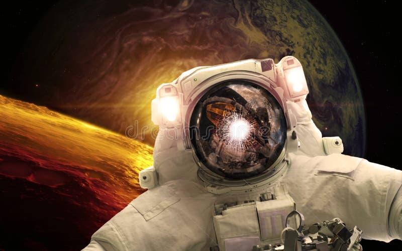 Asrtonaut in diepe ruimte dichtbijgelegen earthlike planeet Elementen van dit die beeld door NASA wordt geleverd royalty-vrije illustratie
