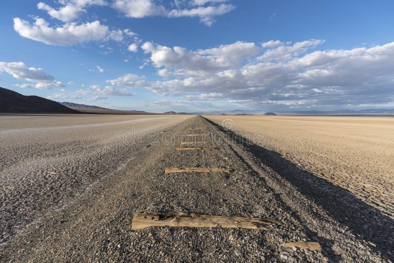 Assèche et chemin de fer abandonné près de Zzyzx la Californie images stock