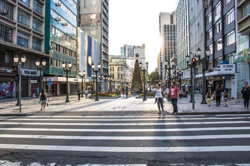 Ass.Comm. pedonali della zebra e del semaforo in XV della via di novembre in Curitiba immagini stock