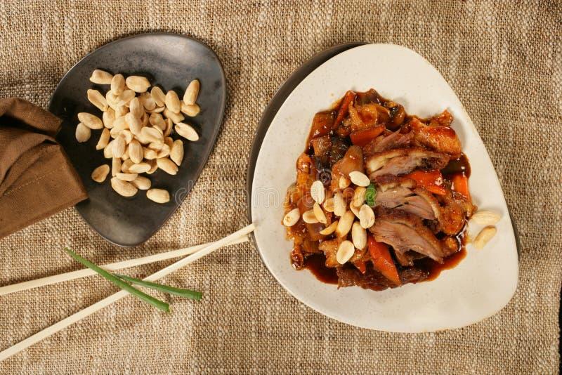 Assado de carne de porco picante com amendoins fotografia de stock