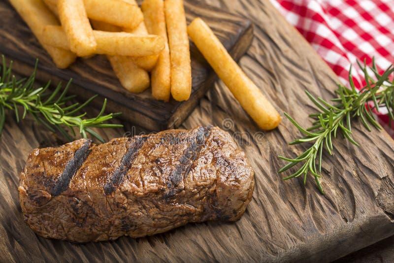 Assado de carne redondo - mandioca fritada Vista superior foto de stock royalty free