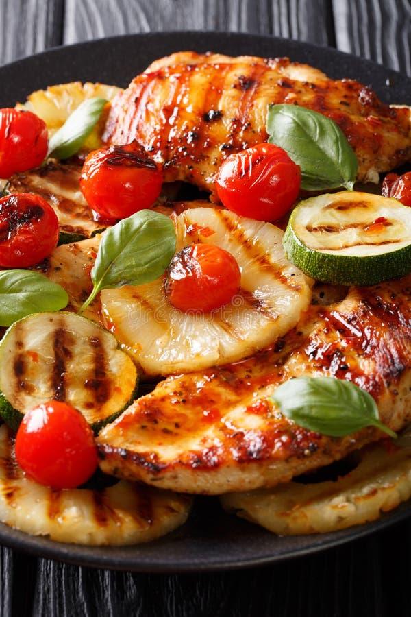 Assado delicioso: Peito de frango grelhado com abacaxi, zucch foto de stock