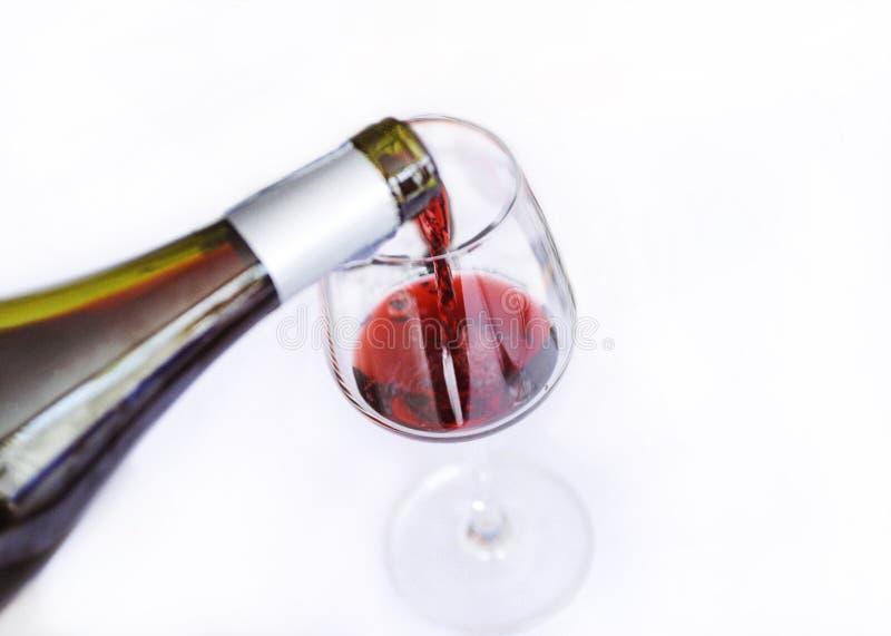 Assaggiando il vino bianco versi in un vetro, versante il vino bianco dalla bottiglia di vino immagine stock