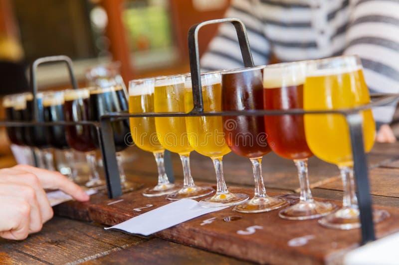 Assaggio della birra fotografie stock
