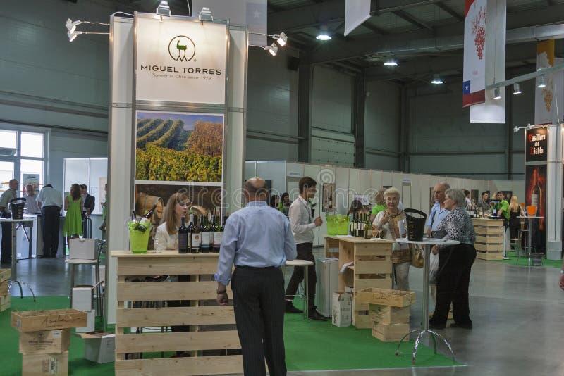Assaggio di vino durante il festival immagine stock