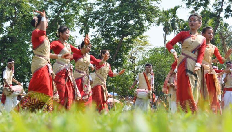 Assamesevölker, die Rongali Bihu bei Rong Ghar feiern lizenzfreie stockbilder